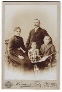 Fotografie Hermann Tietz, Hamburg, Portrait Familie mit zwei Kindern