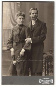 Fotografie W. Roth, Berlin-N, Portrait bürgerliche Eheleute in Abendgarderobe