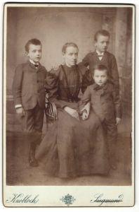 Fotografie Knobloch, Postelberg, Portrait Mutter mit drei Söhnen