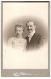 Fotografie Wilh. Thieme, Halberstadt, Portrait gutbürgerliches Paar in Abendgarderobe