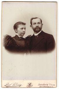Fotografie Paul Körnig, Annaberg i/Erzg., Portrait bürgerliche Eheleute in festlicher Kleidung