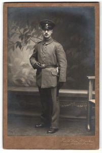 Fotografie Rud. Löbner, München, Portrait Soldat in Uniform mit Bajonett
