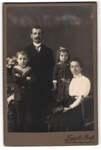 Fotografie Taggeselle & Ranft, Dresden, Bürgerlicher mit Schnurrbart im Kreise seiner Familie