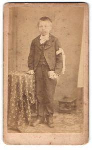 Fotografie E. Chappellart, Paris, kleiner Junge in Anzug mit Schleife am Arm