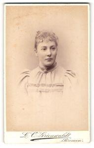 Fotografie L.O. Grienwaldt, Bremen, Dame mit Brosche an Kragen und Puffärmelkleid
