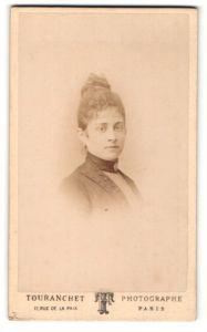 Fotografie Touranchet, Paris, Portrait junge Dame mit Hochsteckfrisur in modischer Kleidung