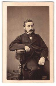 Fotografie L. Ducollet, Paris, dunkelhaariger Herr mit Fliege im Anzug