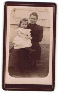Fotografie Fotograf & Ort unbekannt, Portrait lächelnde hübsche Mutter mit niedlichem Mädchen