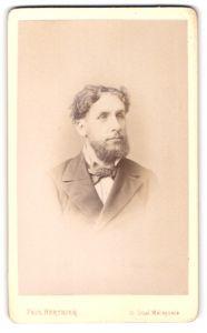 Fotografie Paul Berthier, Paris, Portrait bürgerlicher Herr mit Vollbart u. Fliege im Anzug