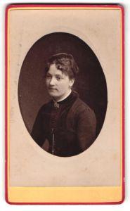 Fotografie Atelier Cavalier, Chalon s. Saone, Dame mit Brosche an Kragen