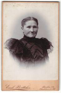 Fotografie Emil Boettcher, Berlin, Portrait betagte Dame mit freundlichem Blick in bestickter Bluse