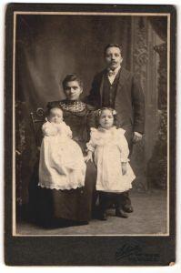 Fotografie Atelier Star, Milwaukee, Portrait wunderschöne junge Familie mit zwei niedlichen kleinen Mädchen
