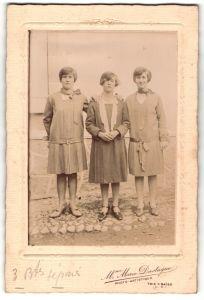 Fotografie Mme Marie Dastugue, Trie s/ Baise, Portrait drei junge Frauen in zeitgenöss. Kleidung