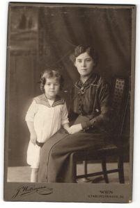 Fotografie J. Weitzmann, Wien, Portrait brünette hübsche Mutter mit lächelnder Tochter