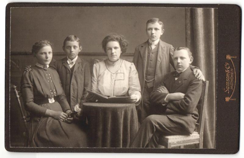 Fotografie Samson & Co., München, Portrait Dame, Mädchen und drei Knaben