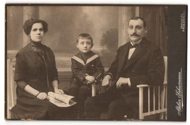 Fotografie Atelier Scharmann, Berlin-Friedenau, Portrait bürgerliche Familie mit Sohn