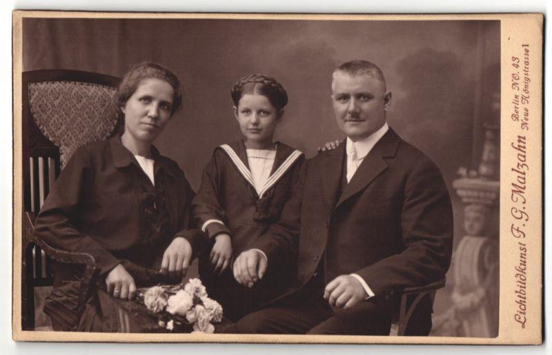 Fotografie F. G. Malzahn, Berlin-NO, Portrait bürgerliche Familie mit Tochter