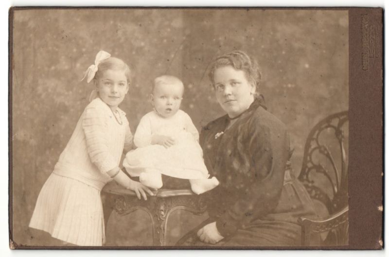 Fotografie Carl Bellach, Leipzig, Portrait Mutter mit Tochter und Säugling