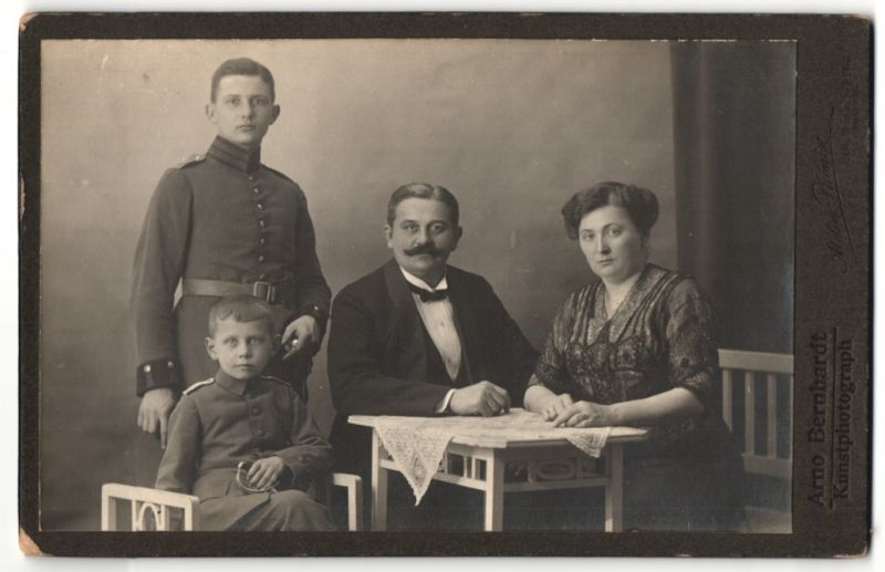 Fotografie Arno Bernhardt, Berlin-Schöneberg, Portrait bürgerliche Familie mit Sohn in Uniform