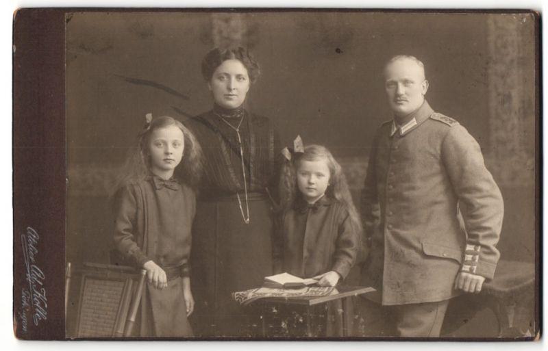 Fotografie Ad. Kolle, Göttingen, Portrait Soldat mit Familie