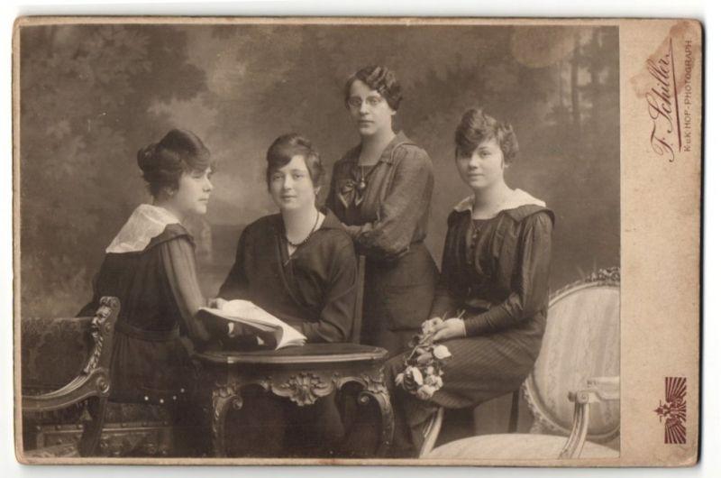 Fotografie F. Schiller, Wien, Portrait vier bürgerliche junge Frauen