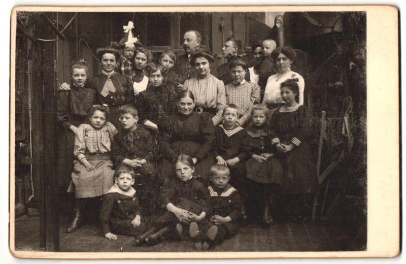 Fotografie unbekannter Fotograf und Ort, Portrait Herr, Damen, Dienstmädchen und diverse Kinder