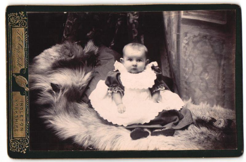 Fotografie J. E. Capstick, Ingleton & Yorkshire, Portrait Säugling in Kleidchen