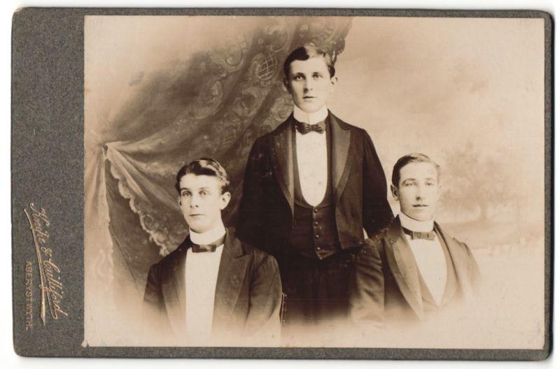 Fotografie Knipe-Cuilliford, Aberystwyth, Portrait drei junge Herren in Abendgarderobe