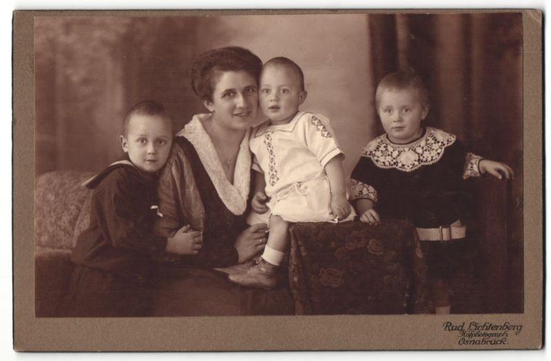 Fotografie Rud. Lichtenberg, Osnabrück, Portrait Mutter mit drei Kindern