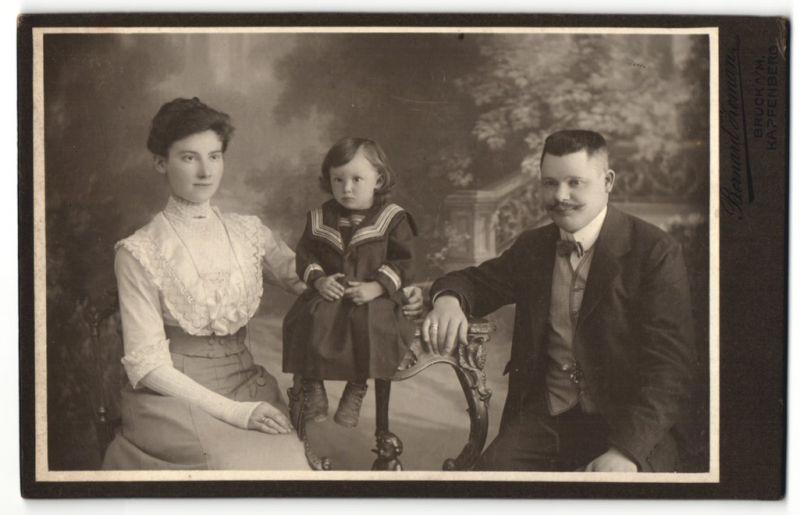 Fotografie Bernard Zeman, Bruck a/M & Kapfenberg, Portrait junge bürgerliche Familie mit Töchterchen