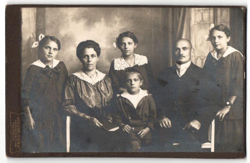 Fotografie Atelier Vera, Berlin-Neukölln, Portrait bürgerliche Familie mit vier Kindern
