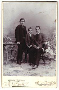 Fotografie H. Förster, Einsiedel, Portrait junger Mann und zwei jüngere Brüder