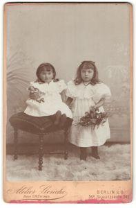 Fotografie Atelier Gericke, Berlin-SO, Portrait zwei kleine Mädchen in identischer Kleidung mit Puppe