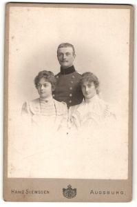 Fotografie Hans Siemssen, Augsburg, Portrait zwei wunderschöne junge Frauen & charmanter Soldat in Uniform