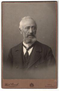 Fotografie Karl Posselt, Ried, Portrait betagter Herr mit charmantem Blick, Bart und grauem Haar