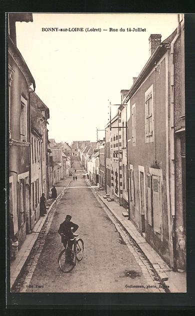AK Bonny-sur-Loire, Rue du 14-Juillet, Radfahrer auf der Strasse des 14. Juli