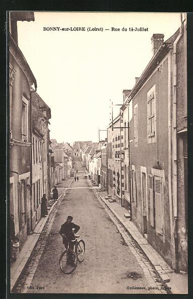 AK Bonny-sur-Loire, Rue du 14-Juillet, Fahrradfahrer auf der Strasse des 14. Juli