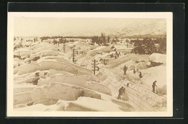 AK Japan, Hochspannungsleitungen und Häuser im hohen Schnee