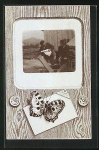 Foto-AK Schmetterling auf einem Brief, Männer vpr der Hütte arbeitend