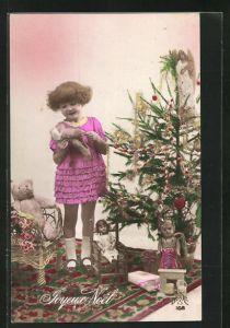 AK Kleines Mädchen mit Teddy am Tannenbaum