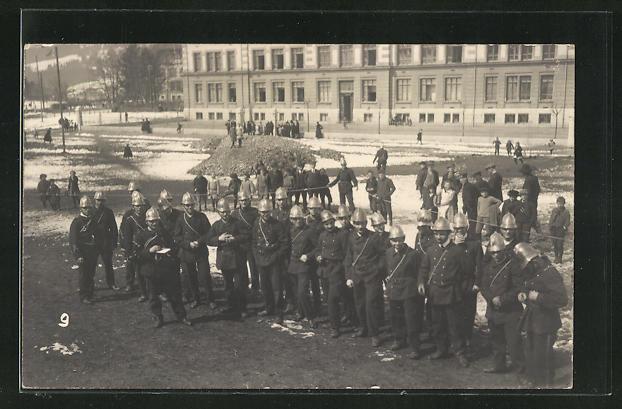 AK Feuerwehr Männer mit Helmen auf Platz vor Haus