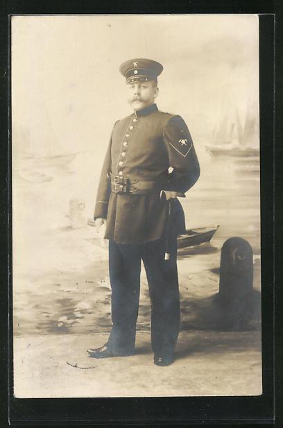 Foto-AK Feuerwehrmann in Uniform mit Beil am Gürtel