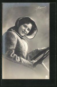 AK August, Junge Dame am Stuer