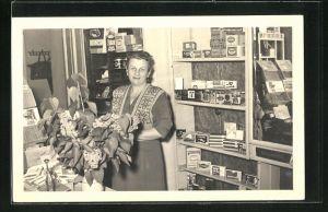 Foto-AK Innenansicht eines Rauchwaren-Geschäftes