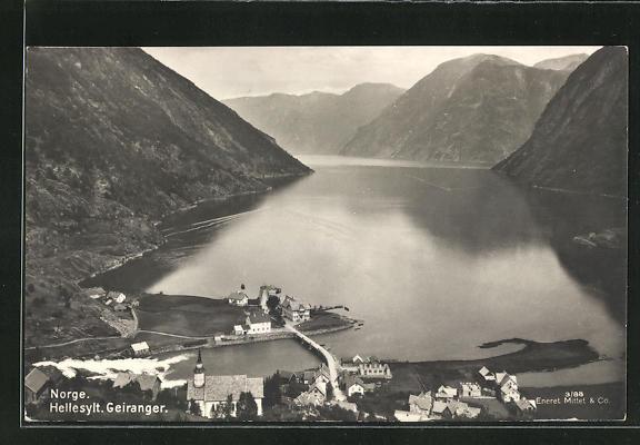 AK Geiranger, Ortspartie am Seeufer im Gebirge