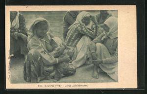 AK Sinti und Roma / Zigeuner, Junge Mutter gibt ihrem Kind die Brust