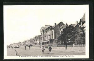 AK Pornichet, Boulevard des Océanides, devant Family-Hôtel