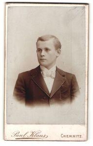 Fotografie Paul Klaus, Chemnitz, Portrait junger Herr mit Fliege im Anzug