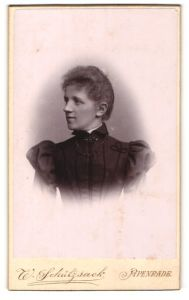 Fotografie W. Schützsack, Apenrade, Portrait junge Dame im eleganten Kleid