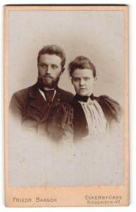 Fotografie Friedr. Baasch, Eckernförde, Portrait bürgerliches Paar in hübscher Kleidung